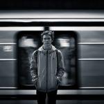 Mand foran passerende tog, sort/hvid