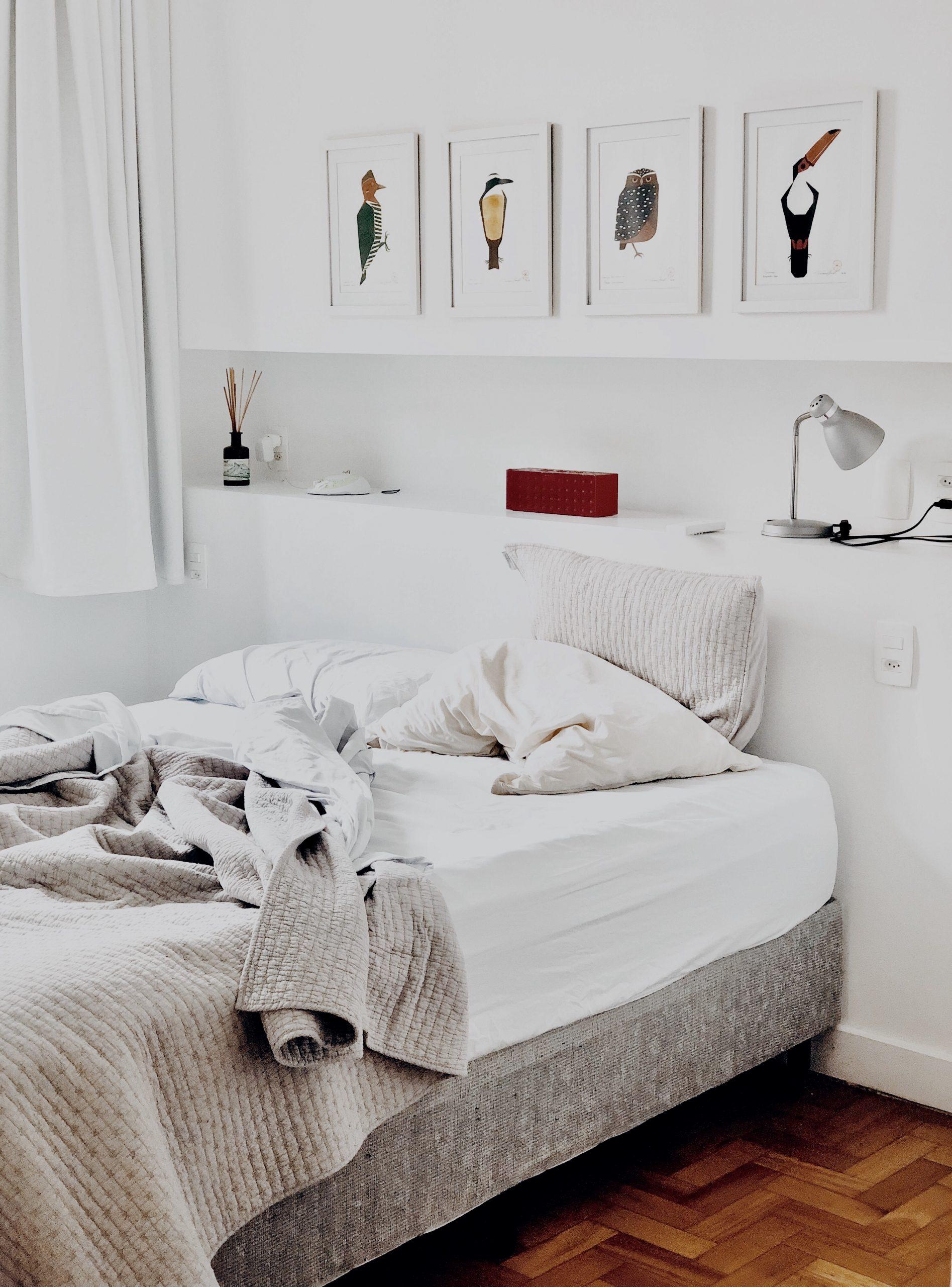 uredet seng i soveværelse