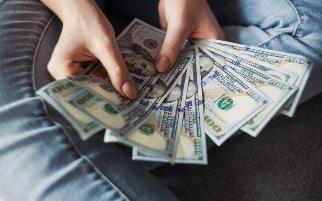 sidder med penge
