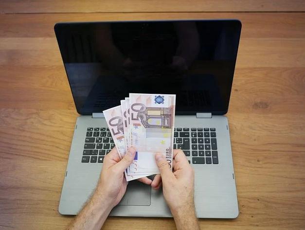 penge foran computer
